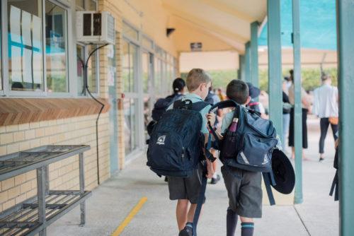 廊下を歩く生徒